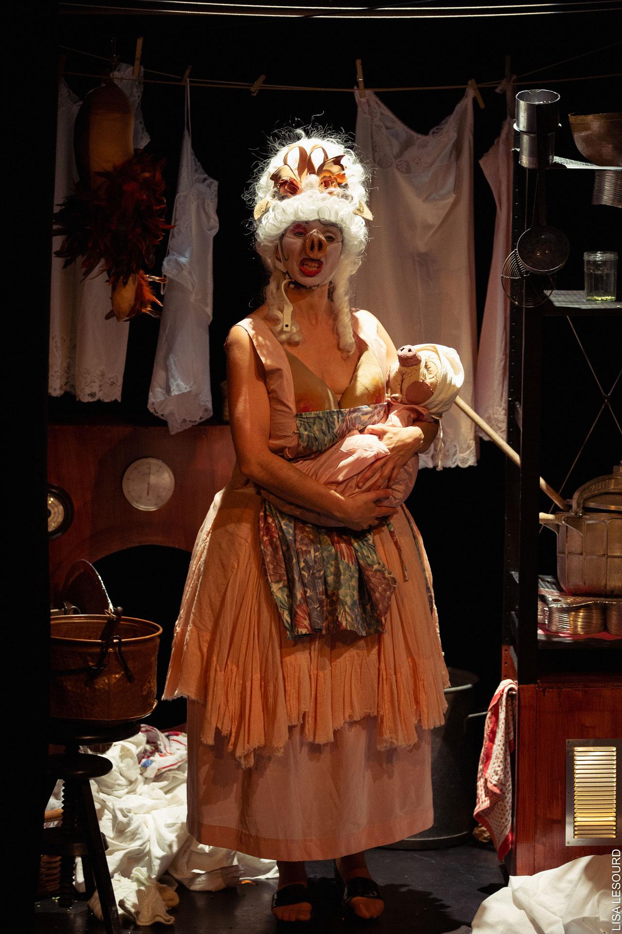 La duchesse tient son bébé.