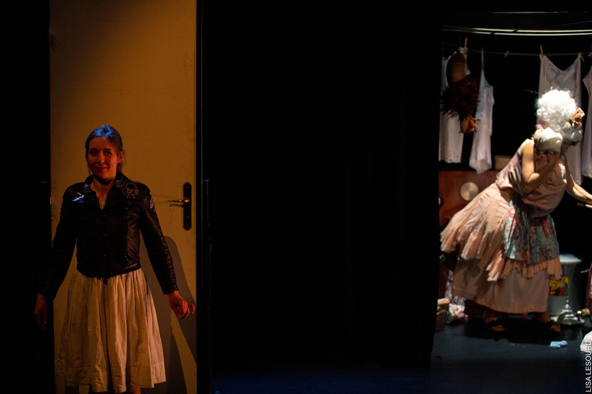 Alice se tient derrière la porte de chez la duchesse, très affairée.